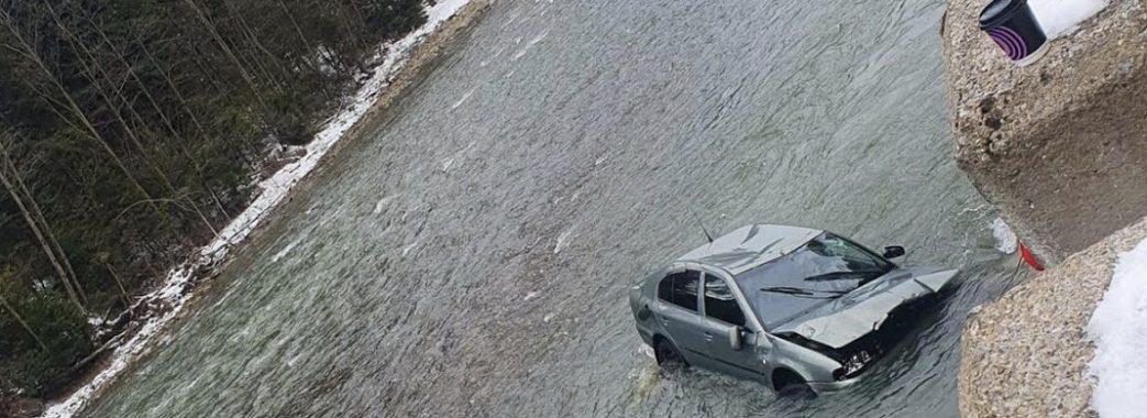 Загинула жінка зі Стрия: на Сколівщині вдень автомобіль злетів у річку