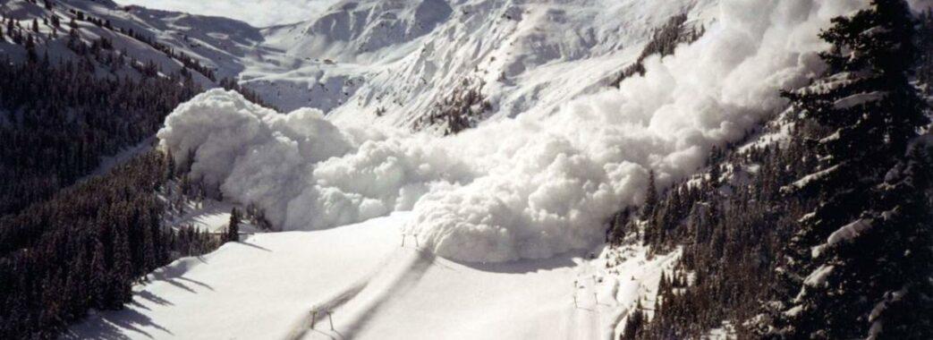 Рятувальники попереджають про сніголавинну небезпеку у гірській місцевості Львівщини