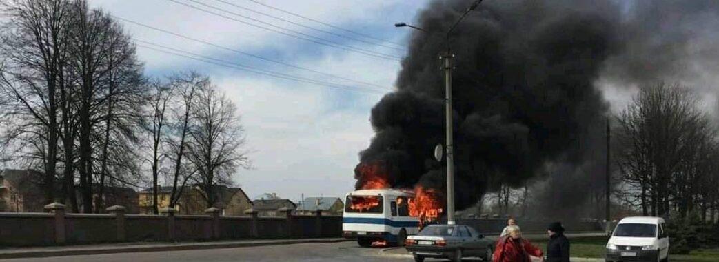 Замкнуло в акумуляторі: у Дрогобичі на ходу загорівся автобус