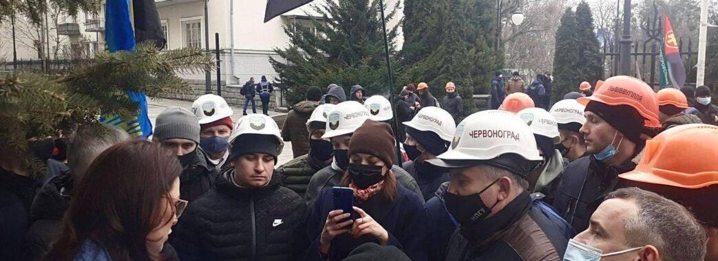 «Гроші вкрадені через фірми-прокладки»: червоноградські гірники відмовилися спуститися в шахту