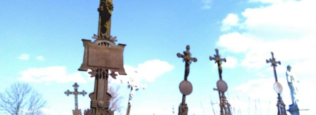 «Обмалювали фломастером та червоно-чорною фарбою»: у Самборі вандали познущались над старими могилами
