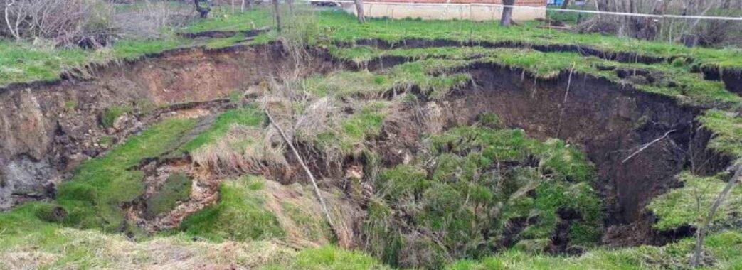 «Є небезпека для людей»: поблизу Щирця за ніч утворилося велике карстове провалля