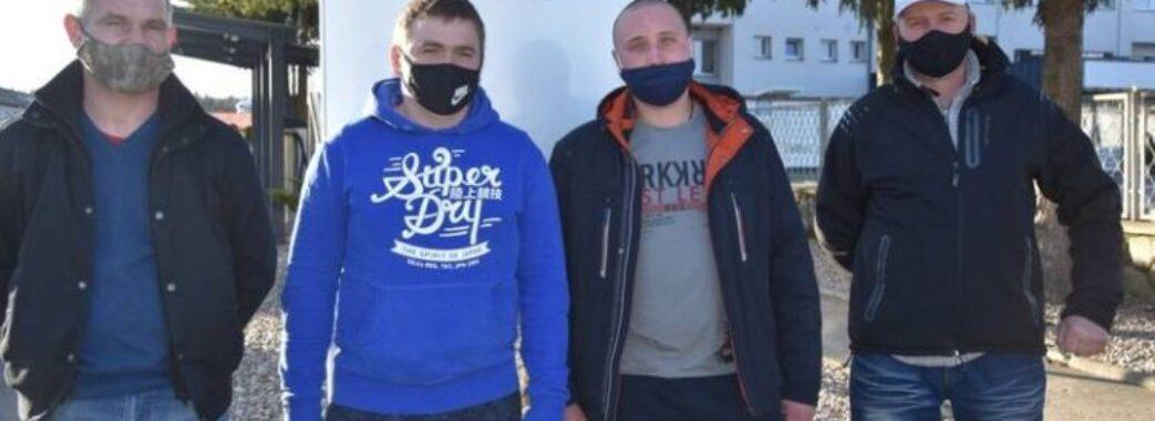 Зняли з петлі у лісі: трьом українським заробітчанам дали премію за порятунок самогубця-поляка