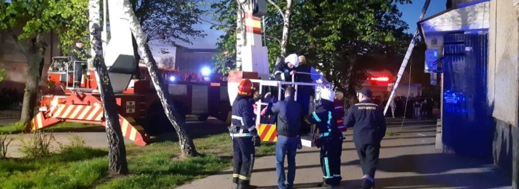 Людей евакуйовували за допомогою крану: у Львові загорілася багатоповерхівка