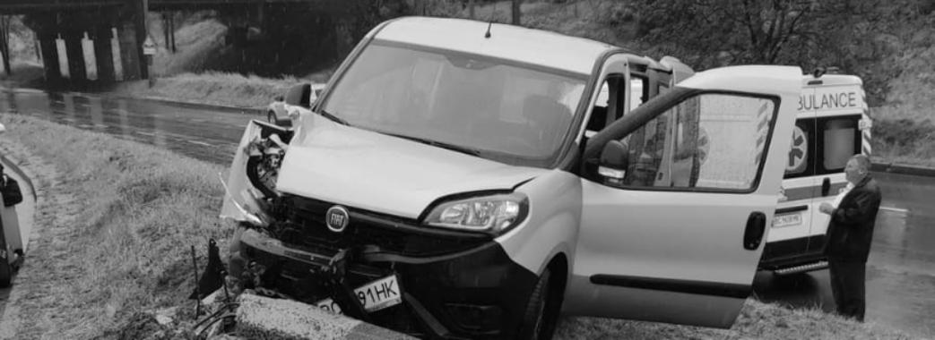Раптово погіршилося самопочуття: у Львові водій службового мікроавтобуса врізався у стовп та загинув (Відео)