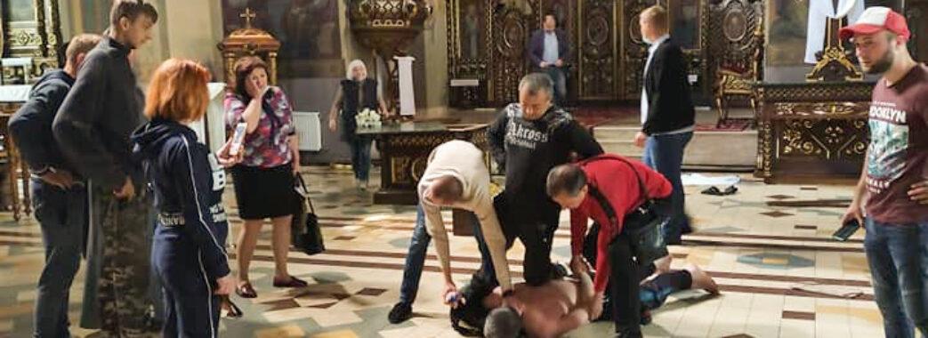 Різко підвівся і почав перевертати ікони: у Дрогобицькій церкві трапився інцидент