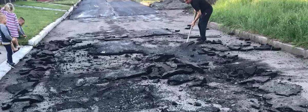 «Новий асфальт можна скрутити, як килим»: на Червоноградщині ремонт дороги завершився скандалом