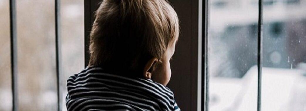 «Мама була на сходовій клітці»: у Дрогобичі у квартирі зачинилась дворічна дівчинка