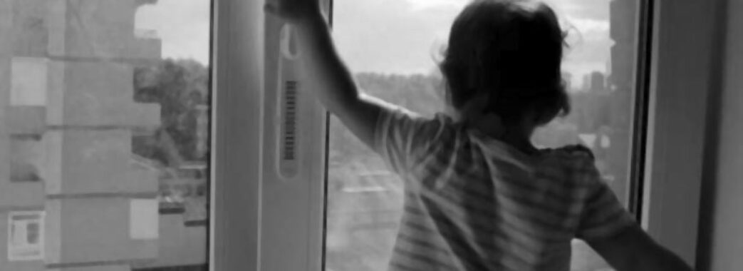 Коли дитина випала з вікна, мати непробудно спала: поліція затримала 38-річну львів'янку