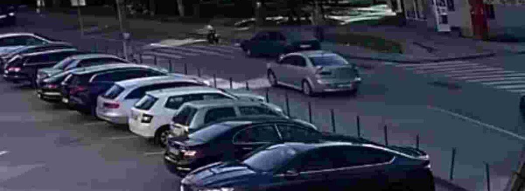 У Львові на «зебрі» іномарка збила двох школярів (Відео)