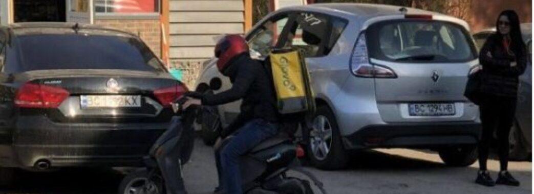 Збив дитину та втік: львівська поліція розшукує кур'єра Glovo на скутері