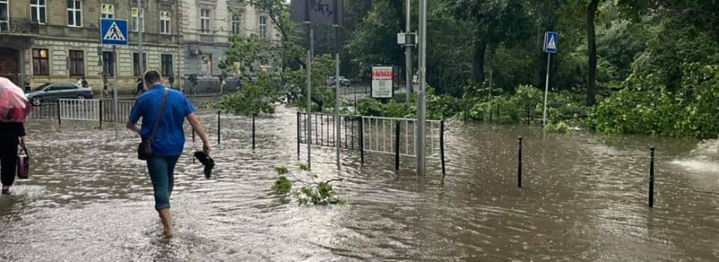 Плаваючі машини та повалені дерева: Львів накрило негодою(ФОТО)