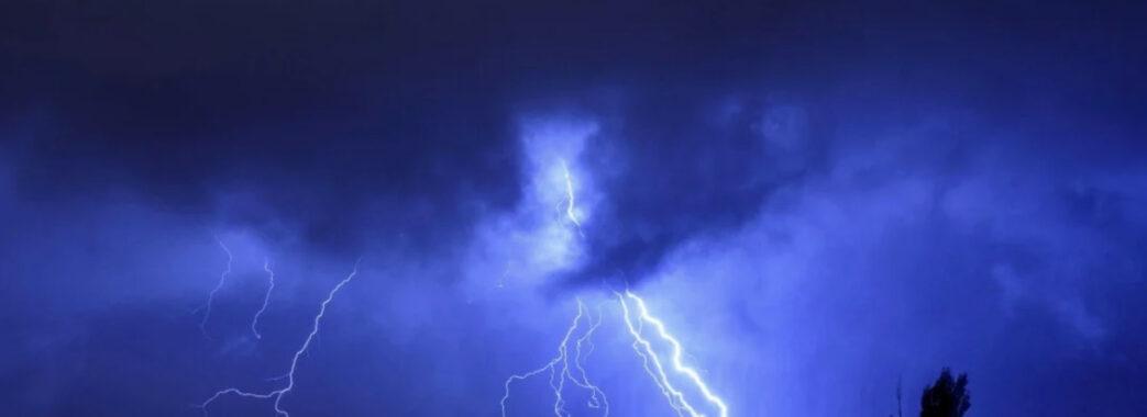 Град та шквали: на Львівщині оголосили штормове попередження