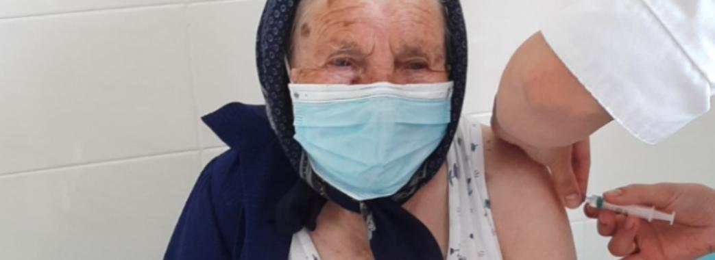 «Не довелося вмовляти»: на Львівщині 97-річна бабуся вакцинувалася від COVID-19