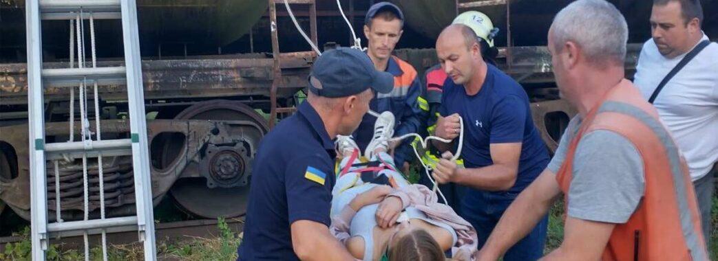 Вилізла на товарний вагон: у Самборі 14-річну дівчину вдарило електричним струмом