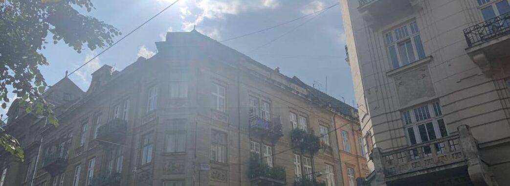 У центрі Львова виникла пожежа: перекрили рух (Відео)