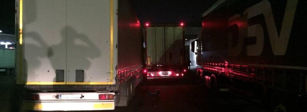 Затисло між двома вантажівками: на Яворівщині водія фури розщавило на смерть