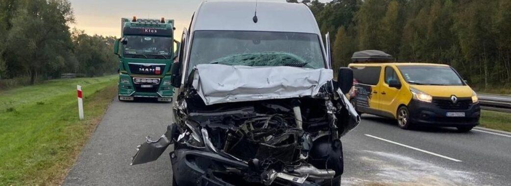 У Польщі мікроавтобус з нашими земляками в'їхав у вантажівку з причепом: є потерпілі
